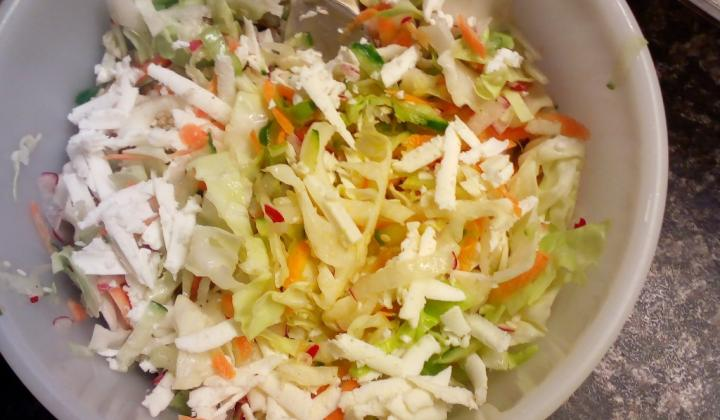 Jak připravit strouhaný salát s balkánským sýrem | recept